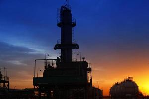 une soirée dans l'usine de produits chimiques pétroliers photo