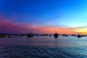navires de mer du soir au port photo