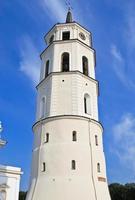 beffroi près de la basilique cathédrale de vilnius photo