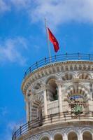 Drapeau de la ville de Pise sur la tour photo