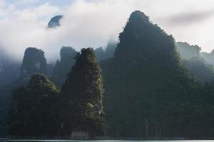 Chaîne de montagnes de pierre de chaux nuageuse photo