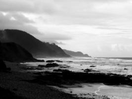 Côte de l'État de l'Oregon en noir et blanc, crique