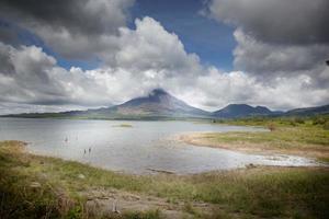Lac avec un volcan en arrière-plan, costa rica
