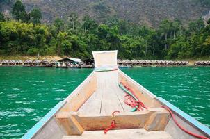 Navire flottant au barrage de ratchaprapa suratthani, Thaïlande photo