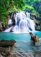 Cascade dans la province de Kanchanaburi, Thaïlande photo