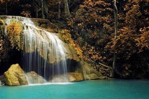 cascade avec ruisseau bleu