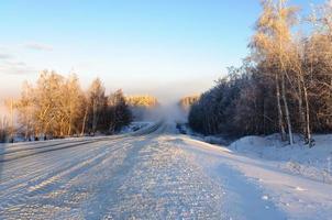 brouillard sur la route en hiver photo