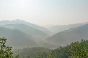 Chaîne de montagnes à la recherche de wat pra that doi leng photo