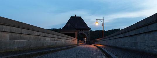 Edersee Dam Allemagne dans la soirée