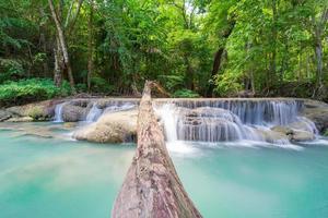 Cascade du parc national de la cascade d'erawan en forêt profonde à kanchana