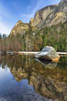 Grand reflet de pierre dans le lac miroir photo