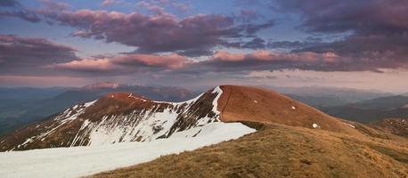 collines de printemps des Carpates dans la neige photo