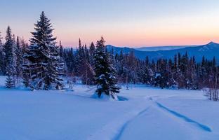 soirée d'hiver dans les montagnes de l'Oural. Russie