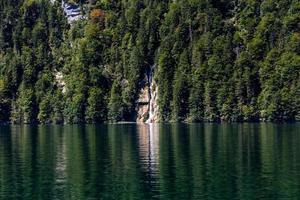 grande cascade de la forêt dans le lac avec ses reflets, konigsee