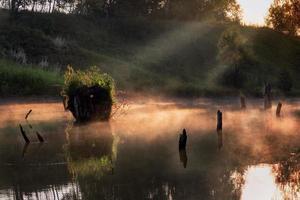 matin brumeux sur une petite rivière en russie. photo