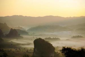 brume matinale et montagne photo