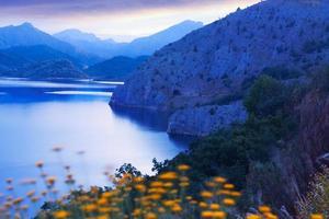 paysage de montagnes avec lac au crépuscule