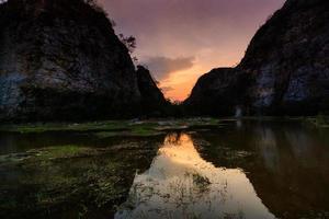 reflet du rocher de la montagne dans le marais photo
