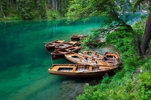 bateaux au bord du lac photo