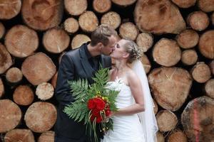 couple de jeunes mariés s'embrassant photo