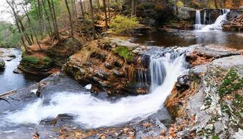 cascade d'automne en montagne photo