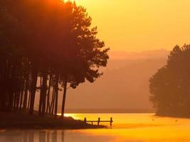pang oung est un joli lac entouré de montagnes photo