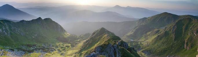 Panorama des montagnes des Carpates au lever du soleil photo