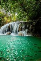 cascade à kanjanaburi thaïlande photo