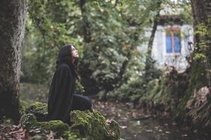 belle femme vampire sombre avec manteau noir et capuche photo