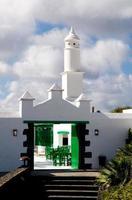 la maison blanche avec tour - lanzarote, îles canariennes.