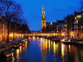 Vue du soir sur l'église ouest d'Amsterdam photo
