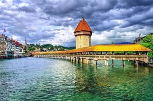 Lucerne, Suisse, pont de la chapelle en bois et château d'eau