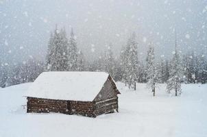 chutes de neige dans les montagnes photo