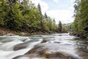 ruisseau paisible dans les montagnes photo