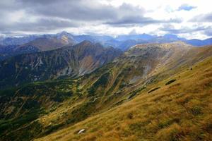Les sommets des montagnes rouges, les montagnes Tatras en Pologne photo