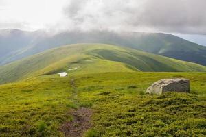 chemin dans les montagnes photo