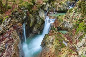 ruisseau de montagne dans la vallée de lepena photo