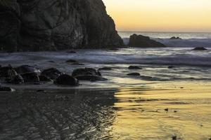 sérénité côtière au coucher du soleil photo