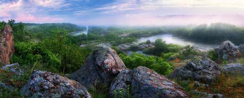 panorama de la rivière de montagne