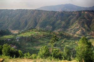 ciel bleu avec fond de nuages dans les montagnes. himalai, inde photo