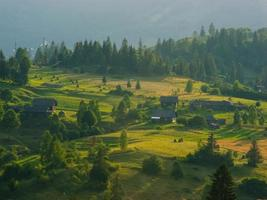 La vue sur le paysage des montagnes des Carpates avec des collines et des nuages photo