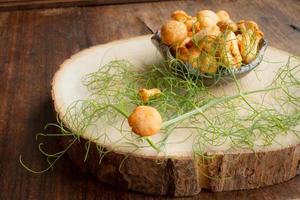 Chanterelles au piment et à l'aneth sur une table en bois photo