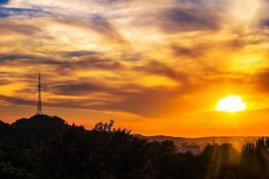 beau coucher de soleil sur la ville de lviv, vue depuis la hauteur. Ukraine