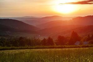 matin dans les montagnes avec soleil levant