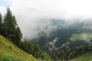 Nuages bas sur les Alpes carniques près de sauris