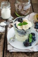 pudding à la vanille aux fruits rouges photo
