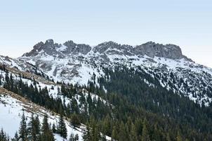 falaise de montagne et formation rocheuse au crépuscule