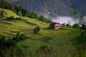 brume de montagne dans les montagnes photo