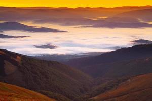 lever de soleil brumeux dans les montagnes