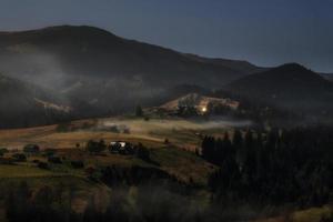 Montagnes carpates. nuit au clair de lune dans les montagnes photo